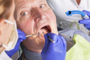 Fotolia Senior beim Zahnarzt 300x200 | Dentalzentrum Lörrach